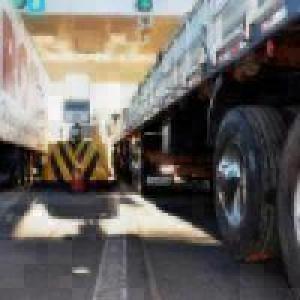 Senado aprova isenção de pedágio para eixo suspenso de caminhõe